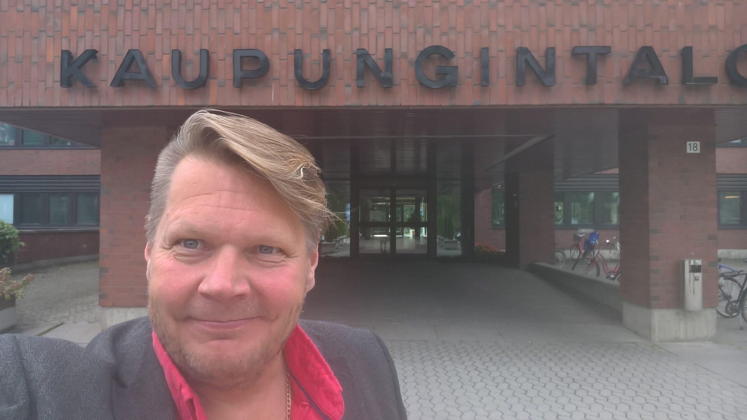 Jarmo Pynnönen Forssan kaupungintalon edessä