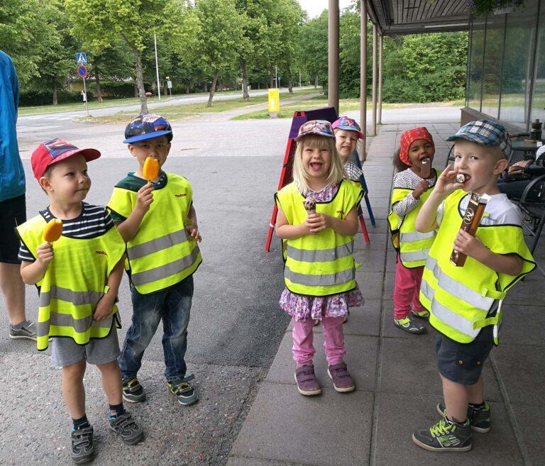 Kurjenpesän lapset nauttivat kesästä