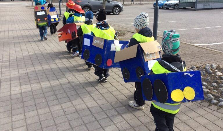 Poliisit ja palomiehet liikenteessä