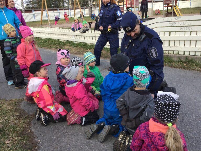 Poliisi vieraili Kurjenpesän päiväkodissa